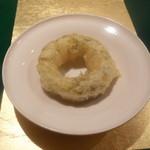 野嵯和 - 白海老のドーナッツ、おぼろ昆布に巻いて揚げた逸品