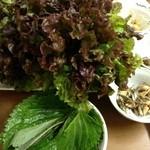 家庭食房 アリラン - たっぷりのサニーレタスとごまの葉でサムギョプサルを包みます。