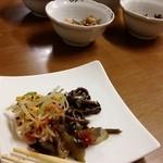 家庭食房 アリラン - 席につくと小皿で惣菜が色々出てきます。