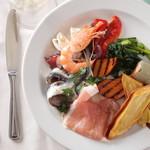 ピアノピアーノ - 料理写真:毎日食べても飽きないような、シンプルながらも手の込んだ野菜料理の数々。ズラリとカウンターに並ぶ前菜は、リクエストにもお応えします。