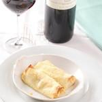ピアノピアーノ - 20年来愛される定番料理の一つ、ゴルゴンゾーラのクレープ包み焼き。加熱する事で、味が まろやかになり、香りはより芳醇に。チーズ好きには たまらない一品。