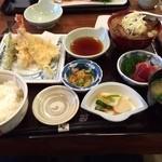 新助 - 天ぷら定食 850円 ➕ もつ煮込み 150円❗️ ご飯とお味噌汁はおかわり無料*\(^o^)/*