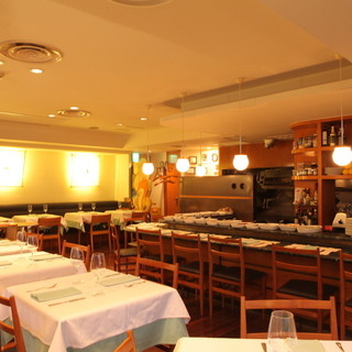 温かいイタリアンモダンな店内は、自然と心落ち着く空間。