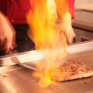 オープンキッチンのライブ感。鉄板でのパフォーマンスも!
