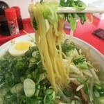 いごっそラーメン店長 - 麺は細麺と中太麺の間くらいです。