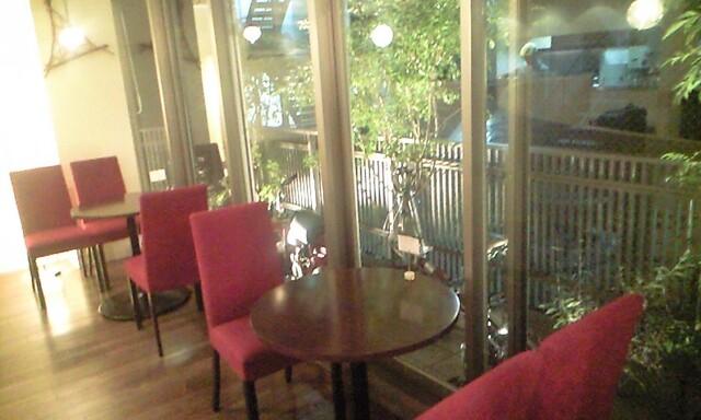 CAFE FACON - 赤い椅子が可愛い。この後ろがテラス席になっています。
