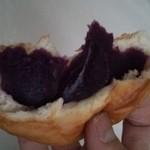 TAMAYA - 紫芋あんパンの断面。ネットリした甘めのこし餡。