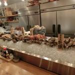 居心地 - 奥にはカウンターがあり、北海道産の魚介類が並んでいます