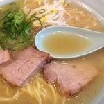 24571509 - ラーメンのスープ、チャーシューはヤキブタって感じ!