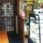 和菓子 榛名屋  - ちょっとしたイートインスペースもある様だ。