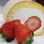 ウエストコースト - 苺丸ごとロールケーキ