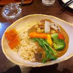 香希 - 野菜カレー(中辛・玄米200g、ミニサラダ付き¥850)。11種類の野菜たちが、器を彩る♪