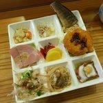 和食すし処番野 - 9つに仕切られた皿に何種類もの料理が盛られている