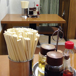 共楽 - お店に入ってすぐは、厨房を囲むカウンター席で、奥にテーブル席があります。
