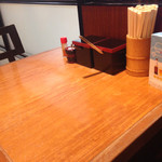 ぶぶ亭 - 窓側のテーブル席