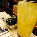 勝美食堂 - シークワーサーサワー。 ジュースが本物、濃くて美味しい。 おくはお浸しのお通し。