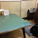 ハトヤ - 小上がり席は2人掛けのテーブル2卓です
