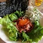 肉の万世 - ユッケ風ローストビーフ980円