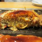 鶴橋風月 - いかぶた玉モダン焼き断面アップ