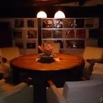 バー 山猫 - 重厚なラウンドテーブル