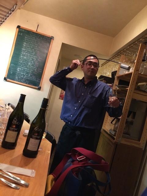 ナトワ - ヴェネンシアというすごく長いヒシャクのような器具で、シェリー酒を空気に触れさせます