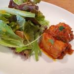 ピッツェリア ドゥエセッテ - ランチ サラダプレート(鶏のトマト煮込み的なお料理とグリーンサラダ)
