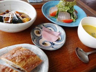 旬家ばんちゃん - 近海マグロの漬け、サラダ仕立て・ピーボラと白保産ズッキーニの甘酢あんかけ