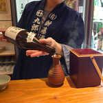 地酒喝采 かも蔵 - 手慣れた手つきの店長、チャキチャキの福岡っ子です