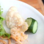 ピッツァ サルヴァトーレ クオモ 梅田 アンド ザ バー - ランチブッフェの惣菜:カリフラワーとキュウリのピリ辛マリネ '14 2月中旬
