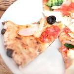 ピッツァ サルヴァトーレ クオモ 梅田 アンド ザ バー - ランチブッフェのピッツァ:黒オリーブとケッパー、サラミのピッツァ '14 2月中旬