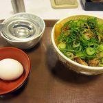 すき家 - ねぎ玉牛丼(並)380円、左上の容器に卵を落とすと卵黄だけ取り出せます