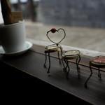 足助の洋食屋 参州楼   - 窓際のディスプレイ