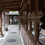 Jijikoubou - 正面はばーばらハウス、右側がzizi工房