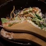 てっぺん 渋谷 男道場 - お通しのサラダですがジャンクな味わいです。