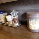 自家製麺 ほうきぼし - カウンターの調味料~青山椒が無くなっています(T_T)