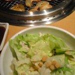 焼肉きんぐ - シーザーサラダとホタテとエビ