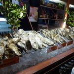24617734 - 【H25.12.7】カウンターの生牡蠣たち。