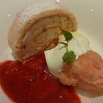 デニーズ - 苺のくるくる米粉ロール:450円