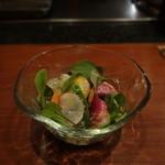 伍六 - 魚介と彩り根菜サラダ