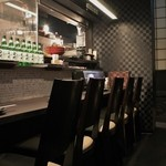 坐 とりじろう - カウンターでは、焼き台も見れるので、阿波尾鶏が美味しく炙り焼きされているのが目でも楽しめ、おすすめのお席です
