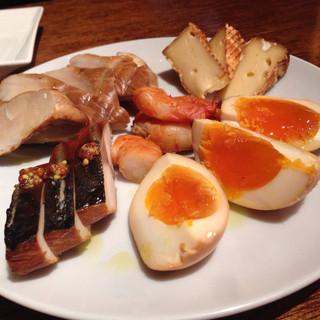 立飲酒場 富士見バル - 自家製スモーク(5種・900円)/ エビ、塩サバ、ササミ、チーズ、玉子。