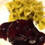 イルチッチォーネ - 松坂牛スネ肉をじっくりブイヨンで煮込んだ後、軽く赤ワインで煮直しました。その隣に… イタリア産の甘いグリーンピースのピュレで和えた ファルファーレ。