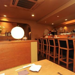 お一人の夕食もカウンターでお気軽に。京ならではの食を堪能