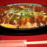 魚菜えぼし庵・隠座 - 超特大の豚かつ卵とじ。大判の鉄板に特製汁で煮込んでいます。地玉子なんと4個入り。