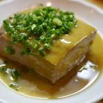 手打ちうどん源内 - 隠れた人気メニュー、豆腐のおでん。よく味が染みてて、味噌を混ぜ込んだからしがよく合います。