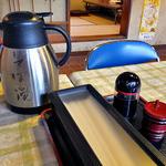 宮入そば - 卓上に常備された調味料類 & 蕎麦湯