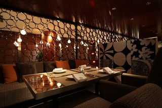 NUTS RESORT DUO - 程よい照明と広々としたソファでリゾートを思わせるお席は2名様~20名様まで収容可能