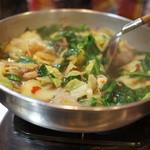 もつ鍋専門店 元祖 もつ鍋 楽天地 - ぐつぐつ煮立ってきました。
