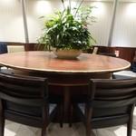 ドトールコーヒーショップ - カウンター兼、大きなテーブル席