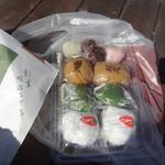 甲月堂 - 購入品、上から、「建国だんご」、利久、草餅、いちご大福